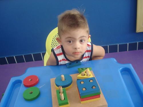 Heitor tem Síndrome de Down e estuda na sala multimeios da Escola Básica Municipal Brigadeiro Eduardo Gomes, no Campeche. Foto: ASCOM/Divulgação